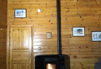 Estufes de pellets dins de bungalows en un càmping d'Andorra