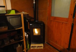 Estufa de pellets de 7kw a dins d'1 garatge a Erts